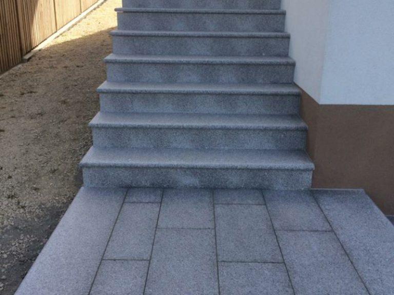 Pflasterverlag: Gehweg und Stufen aus Natursteinplatten