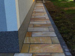 Pflasterverlag: Natursteinplatten in Kombination mit Kleinpflastersteinen