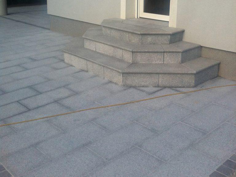 Pflasterverlag: Einfahrt und Eingangsbereich mt Natursteinplatten aus Granit