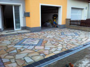 Pflasterverlag: Auffällige Zufahrt mit Natursteinen