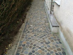 Pflasterverlag - Gehweg mit Kleinpflastersteinen aus Granit