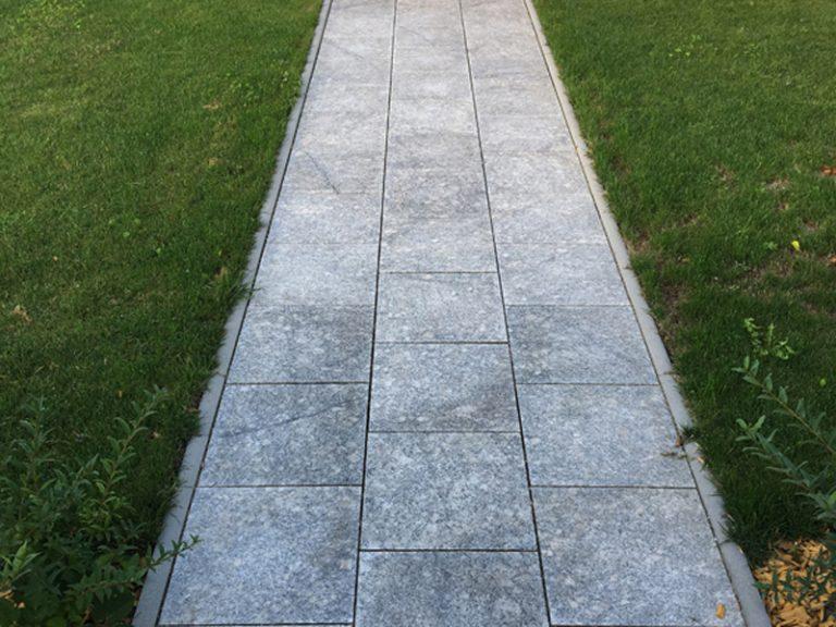Pflasterverlag - Gehweg mit Natursteinplatten