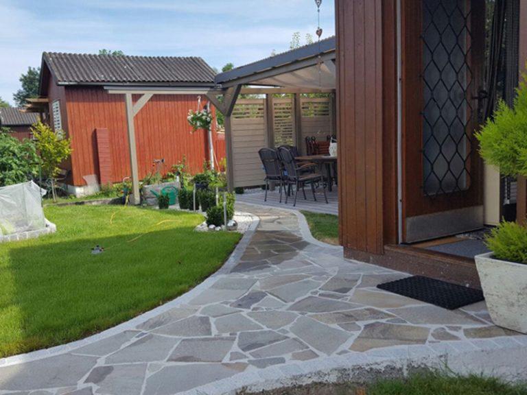Pflasterverlag - mit Natursteinen gefplasterter Gehweg bei Einfamilienhaus