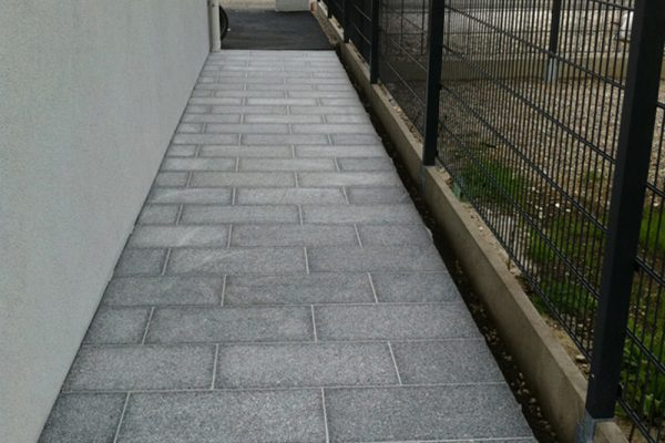 Pflasterverlag - Gehweg aus Granitplatten