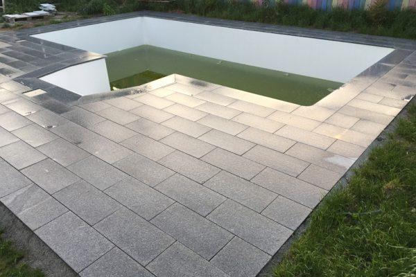 Pflasterverlag -Poolumrandung aus Naturstein