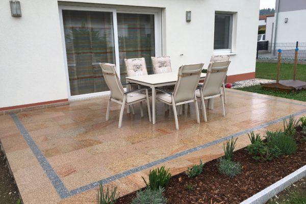 Pflasterverlag: Terrasse mit Natursteinplatten in Wels